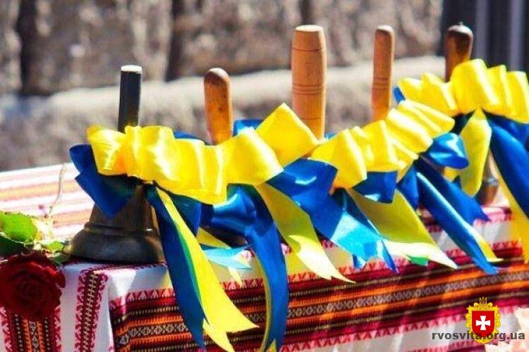 Останній дзвоник без учнів: 587 шкіл Рівненщини свято проводять онлайн