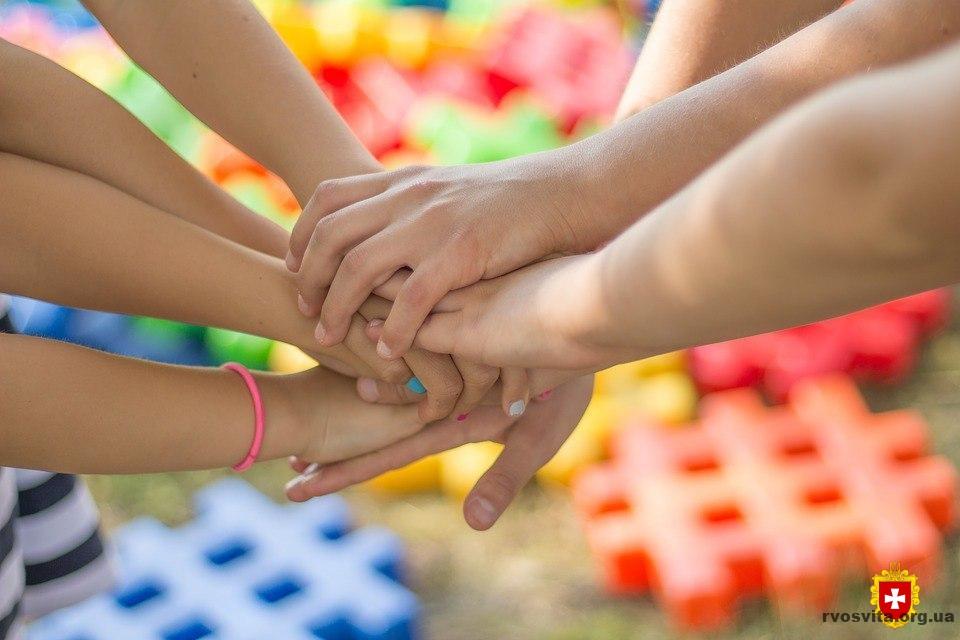"""10 кроків для реалізації концепції """"Безпечна і дружня до дитини школа"""" – рекомендації МОН"""